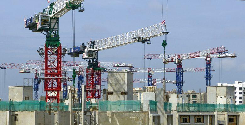 Chantier de construction de bâtiments avec de nombreuses grues