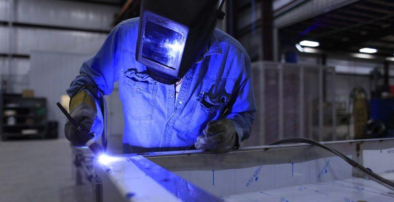 ouvrier équipé dun masque de protection réalisant une soudure